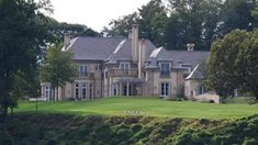 【 Brain Berries 】If you've ever wondered which celebrities have have the coolest and most expensive mansions, this is a list for you! England Houses, New England Homes, Villas, Yo Momma Jokes, Fancy Houses, Pacific Palisades, Jon Bon Jovi, Mediterranean Style, South Park