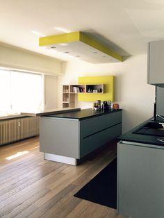 Coup de coeur pour cette cuisine contemporaine et épurée réalisée par le magasin Arthur Bonnet du Luxembourg ! Décoration d'intérieur : Amandine Maroteaux (Les Pampilles)