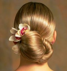 Elegante recogido para una novia con pelo liso http://www.bodacor.com/belleza-estetica/peluqueria-estetica