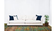 Valen XL soffa i vitt. Djup soffa, låg soffa, träben, bambusilkesmatta, matta, vardagsrum. http://sweef.se/soffor/149-valen-xl-soffa-i-linne.html