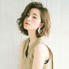 ラフさの中にちょっと強めの動きをプラスするのが今旬。人気の抜け感スタイルに変化をつけるなら、外国人風のスパイラルパーマで秋のおしゃれを台頭! パーマの動きで髪全体の重心が上がり、若々しい印象をゲットできます。レングスを肩上で平行ラインの... Short Hair Cuts For Women, Girl Short Hair, Japan Hairstyle, Middle Hair, Medium Hair Styles, Long Hair Styles, Shot Hair Styles, Bad Hair, Mi Long