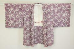 White and Purple Haori, Chrysanthemum Karakusa Pattern / 白地 けし紫色の菊唐草柄 羽織   #Kimono #Japan http://www.rakuten.co.jp/aiyama/