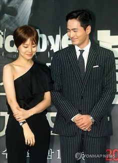 "Actress Moon Chae-won (L) and actor Lee Jin-wook pose for photos at a press conference promoting the drama ""Goodbye, Mr. Black"" in Seoul on March 14, 2016. (Yonhap)"