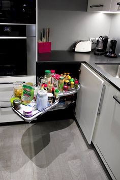 Cuisine Façades laquées blanc mat Hotte aspirante encastrable dans plan de travail Plaque à induction Eclairage led sous meuble haut Plan de travail en granit noir zimbabwe Réalisée par l'Atelier Languin (menuiserie) à Nantes #cuisine #placard #aménagement #design #menuiserie
