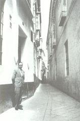"""Generación del 27. Luis Cernuda en la Calle del Aire, Sevilla, 1928. En esta angosta calle, vivió sus últimos años sevillanos Cernuda, y aquí fue donde escribió """"Perfil del aire"""", su primer libro de poemas en 1927."""