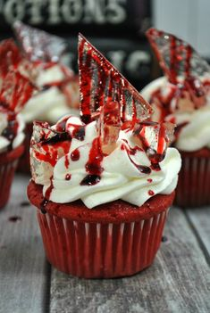 Bloody Halloween Cupcakes Ready for a dessert thats a real scream? These red velvet cupcakes are made with homemade icing and rock candy for the perfect Halloween treat! The post Bloody Halloween Cupcakes appeared first on Halloween Food. Plat Halloween, Halloween Torte, Pasteles Halloween, Halloween Brownies, Spooky Halloween, Halloween Dinner, Halloween Makeup, Halloween 2019, Women Halloween