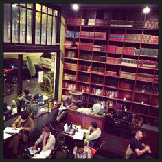 Sep. 2013. Capital Hill(Melrose Ave. とE. Pine の角)の旧店舗での写真。今はEast Pineに移転したみたい。アメリカじゃ珍しく夜中(1時頃)までやってるし、珈琲もそこそこ旨いし、と雰囲気いいし、良いカフェだった。 WiFiもあるので晩飯後にゆっくり本読んだり、ネットしたり、腰据えて自分の時間を使えます。 移転前にあの雰囲気を味わえて良かった。 #coffee #shop #us #seattle