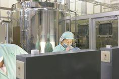 ▲工場へ戻ってきたボトルの検査は人の目と鼻を使って、しっかりと検査を行う