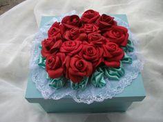 Caixinha mdf, pintada em azul turquesa, tom claro, decorada com rosas em eva, e com acabamento delicado feito em renda, parte interna pintada da caixa de branco e azul, com bonito e suave efeito esfumaçado. Medidas da altura no anuncio, referem-se a medida da caixa sem o detalhe das flores. Com a...