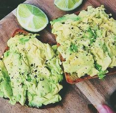 Whole grain toast, avocado and lemon for snacks I Love Food, Good Food, Yummy Food, Healthy Snacks, Healthy Eating, Healthy Recipes, Def Not, Avocado Salat, Food Is Fuel