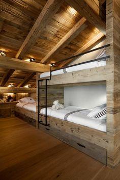interieur de style rustique, murs en bois massif, plafond sous pente, maison moderne