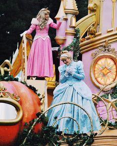 Disney Time, Disney Land, Disney Dream, Disney Parks, Disney World Characters, Walt Disney Animation Studios, Elegant Prom Dresses, Walt Disney Pictures, Disney Aesthetic