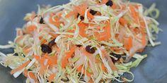 Den traditionelle råkost med gulerødder og æble er her blevet piftet op med spidskål, som tilfører salaten en lækker sprødhed.