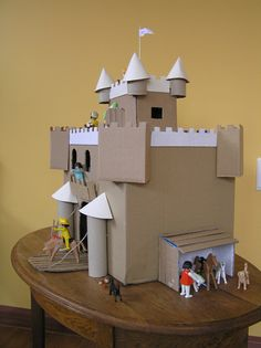 Kasteel van karton/Cardboard castle – Peet-made-it Fun Crafts To Do, Diy Crafts For Kids, Projects For Kids, Kids Castle, Toy Castle, Cardboard Box Crafts, Cardboard Castle, Midevil Castle, Castle Crafts