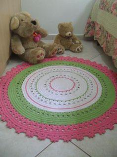 Imagem de https://revista.vivadecora.com.br/wp-content/uploads/2016/05/tapete-de-barbante-croche-verde-e-rosa-no-quartoambiente-decorado.jpg.