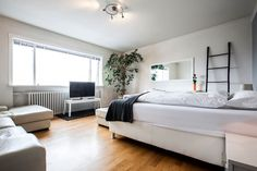 Privatzimmer in Reykjavík, IS. The apartment in on the second floor on a four floors building. The apartment has 4 bedrooms and this one is the biggest, it is 24 m2. You will share the bathroom with another room. The other 2 bedrooms in the apartment are on the other side of th...