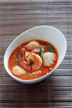 Thai Curry recipe - in less than 30 minutes. Thai red curry with tiger prawns and scallops served over a bowl of steamed jasmine rice. It's easy - 30 minute meals Thai Dishes, Seafood Dishes, Seafood Recipes, Soup Recipes, Cooking Recipes, Thai Curry Recipes, Asian Recipes, Red Curry Recipe, Carne