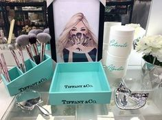 Ateliê Laço Rosa Glamour Decor, Tiffany E Co, Chanel Room, Makeup Holder, Diy Manicure, Decoupage, Makeup Storage, Diy Room Decor, Home Decor