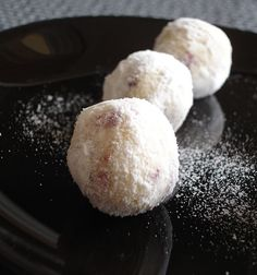 White chocolate, cranberry and Cointreau truffles / Trufas de chocolate branco, cranberry e Cointreau Dessert Drinks, Party Desserts, Just Desserts, Delicious Desserts, Dessert Party, Xmas Food, Christmas Desserts, Christmas Goodies, Yummy Treats