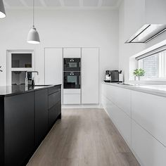 Skønne kontraster i et knivskarpt design. I vores nye LOOKBOOK kan du bl.a. læse om dette WBL køkken. Køkkenet har hjemme i en funkisvilla…