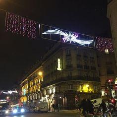 La féérie des fêtes de fin d'année continue ... #ruedesécoles #mouffetard #ilovemouffetard #mouffetaraddict #quartierlatin #promenade #paris5 #paris #parisjetaime #igersparis #topparisphoto #pariscartespostales #streetphotography #visitlafrance #night #parisbynight