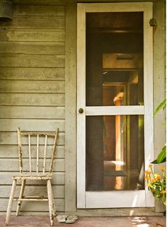 porches with old screen doors take me back to a very happy time in my life.childhood at my Grandparents' Old Screen Doors, Wooden Screen Door, Window Screens, Front Doors, Country Farmhouse, Country Life, Country Living, Farmhouse Door, Country Porches