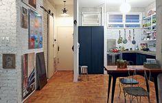 Na reforma, a cozinha foi integrada ao resto do apartamento e ganhou a parede onde o morador Lufe Gomes pendura suas fotografias minhas observações: gosto da mistura de acabamentos, das cores e da composição dos objetos decorativos.