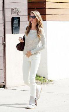 Topmodel Gisele Bündchen ist uns in ihrem Easy-Jeans-Outfit eine helle Freude - der Look aus Skinny (von Adriano Goldschmied) plus simplem Strickpulli und Strickstiefel beweist, wie einfach und trotzdem heiß Winterweiß sein kann.