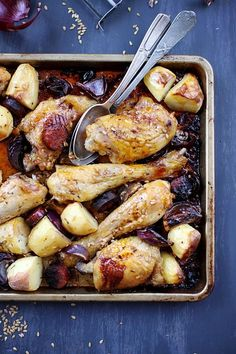 Chicken with chorizo, potatoes and red onions - Poulet au chorizo, pommes de terre et oignons rouges au four Duck Recipes, Meat Recipes, Gourmet Recipes, Chicken Recipes, Cooking Recipes, Healthy Recipes, Chorizo, Cooking Chef, Easy Cooking