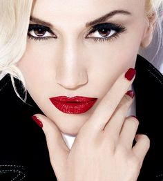 Gwen Stefani pairs her eyelash extensions with signature pinup red lips, red nails, black cat eye and flawless skin. Pretty People, Beautiful People, Beautiful Women, Britney Spears, Gwen Stefani Style, Gwen Stefani Makeup, Smoky Eyes, Red Lipsticks, Red Nails