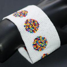 Ein einfaches design, wirklich... nur eine Zeile mit Polka Dots, asymmetrisch auf einem einfarbigen Hintergrund gelegen. Ich habe dieses Design vor