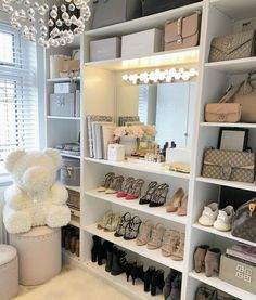 Unique closet design ideas will definitely help you utilize your closet space appropriately. An ideal closet design is probably this year Interior Design Career, Decor Interior Design, Design Interiors, Interior Decorating, Sala Glam, Vanity Room, Glam Room, Dream Closets, Closet Designs