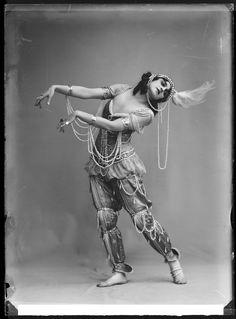 Fokina, Stockholm 1914 Vera Fokina in the ballet Scheherazade. Glass plate negative.