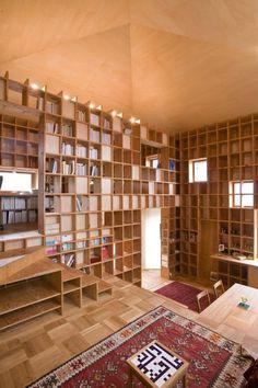 La maison ¨Shelf-Pod house¨ a été conçue par les architectes de Kazuya Morita Architecture Studio dans la ville japonaise Moriguchi