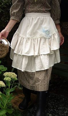 romantic country apron - I really need this apron! Must find time to do some sewing soon. Love the half aprons! Blouse Nylon, Retro Mode, Cute Aprons, Sewing Aprons, Aprons Vintage, Vintage Farm, Vintage Sewing, Vintage Style, Inspiration Mode