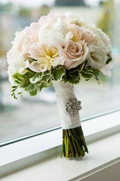 Buquê delicado e com pedraria em detalhe. Ideal para noivinhas românticas.  #RumoaoAltarCerimonial