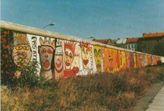 """Kunst am """"Antifaschistischen Schutzwall"""": Ende der siebziger Jahre begannen die ersten Graffiti-Künstler die Berliner Mauer, hier in Kreuzberg, als riesige Leinwand zu gebrauchen - einer der ersten war Thierry Noir. Das Foto wurde im Frühjahr 1988 aufgenommen."""