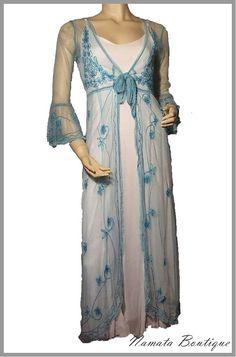 Veste en tulle très longue turquoise, manches à volant et nœud sur la poitrine.