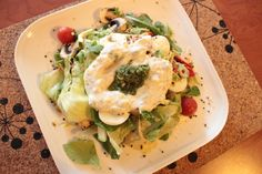 Hoja verde y salsa de yoghurt con alcaparra, pimienta, limón, oliva, sal y eneldo