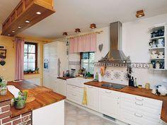 Kuchyňskou linku si Věrka navrhla sama. Je v retro stylu a má praktický přípravný ostrůvek.
