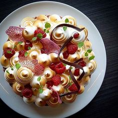 Raspberry meringue pie by @vidal31 a member of our culinary community  Join us. Direct link in bio.