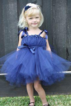 Encantador vestido en tul azul para la pajecita. Además,la adición de las cintas hace que se vea aún más tierno!