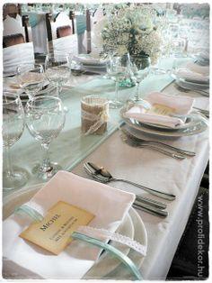 Menta-krém vintage esküvő, teríték - virágok: Vincze Tünde