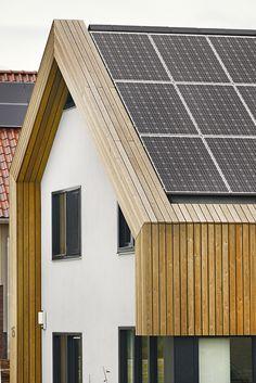 Stucwerk én hout op de zijgevels, een gedeelte van het dak met leien en een serie zonnepanelen Build My Own House, Solar Panels, Villa, Exterior, Building, Outdoor Decor, Modern, Home Decor, Min