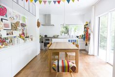無垢の床と窓の外のグリーンが清々しいダイニング。キッチンは奥様のリクエストで、庭向きにキッチン台を設置。