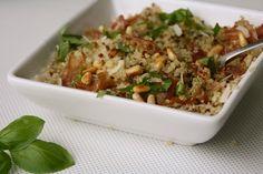 Quinoa op Italiaanse wijze, rijk bestrooid met parmezaan en pijmboompitten. Yum!