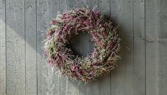 Nå er det så mye vakker lyng og andre høstblomster i butikkene. Vi viser deg hvor enkelt du kan lage en vakker høstkrans av lyng. Fall Decor, Holiday Decor, Grapevine Wreath, Dyi, Christmas Wreaths, Floral Wreath, Planters, Flowers, Hand Crafts