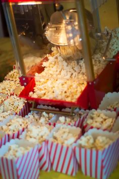 Circus themed party food: individual boxes of popcorn #CircusParty
