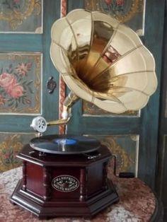 Old Record Player, Record Players, Art Nouveau, Art Deco, Edison Phonograph, 50s Decor, His Masters Voice, Music Machine, Antique Interior