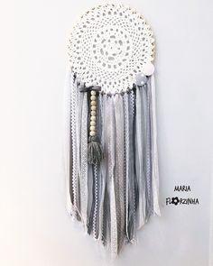 Filtro dos sonhos, confeccionado em fitas de cetim, sianinha, renda, crochê, contas de madeira, fios de lã Cores: cinza e branco - C67EFA